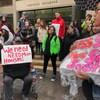 Une manifestation pour plus de logements devant l'hôtel de ville de Winnipeg.