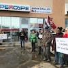 À Regina, des manifestants brandissent des pancartes devant le bureau de circonscription d'Andrew Scheer, le chef du Parti conservateur du Canada.