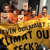 Des manifestants portant un masque représentant le visage de Steven Guilbeault et une bannière lui demandant de choisir entre le climat et Teck Resources.