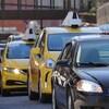 Une file de voitures de taxis.