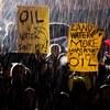 Des manifestants sous la pluie.
