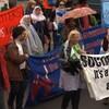 Des manifestants défilent dans la rue.