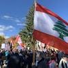 Des manifestants tenant pour la plupart des drapeau du Liban.