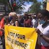 Des manifestants contre la crise du logement brandissent des bannières.