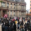Une centaine d'individus manifestants pacifiquement devant l'hôtel de ville d'Halifax. Il y a un drapeau de la Nouvelle-Écosse et aussi une pancarte BLACK LIVES MATTER.