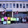 Un groupe de manifestants, dont des enfants.