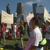 Des manifestants debout avec des pancartes.