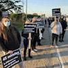 Des manifestants sur la route 113.