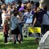 Des personnes sont rassemblées sur le terrain de la cathédrale de Saint-Boniface avec des affiches anti-vaccination.
