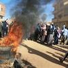 Des Soudanais brûlent des pneus lors d'une manifestation contre le gouvernement en janvier 2019.