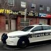 Une voiture de police est garée devant l'hôtel Manwin de Winnipeg.