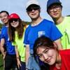 Sept personnes vêtues en habits de sport prennent la pause pour la photo dans un parc de Winnipeg.