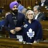 Le ministres libéraux Navdeep Bains et Carolyn Bennett vse lèvent pour voter à la Chambre des communes jeudi.