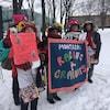 Des membre des Raging Grannies, ou grand-mères en colère, manifestant à Montréal pour les droits des femmes.