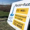 Une pancarte annonce encore la tenue du marché aux puces prévu pour le samedi 25 mai.