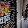 Deux Américains entrent dans un immeuble qui abrite un commerce annonçant sa fermeture.