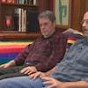 Chris Vogel et Richard North assis sur un canapé.