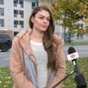 Marie-Renée Baillargeon en entrevue avec Radio-Canada, à l'extérieur, le jour. C'est l'automne.
