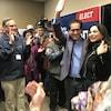 Le député Marty Morantz lève la main en signe de victoire, au milieu d'une petite foule qui l'applaudit.