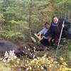 Deux femmes posent à côté d'un orignal mort.