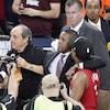 Deux hommes enlacés entourés de photographes et caméramans.
