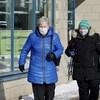 Deux personnes marchent sur un trottoir de Rimouski et portent un masque.
