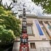 Photo du mât totémique installé devant le musée.