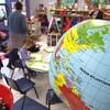 Une salle de classe avec plusieurs enfants.
