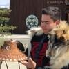 Matthew Wesley qui a sur ses épaules une fourrure de loup regarde avec attention son chapeau en cèdre dans ses mains.