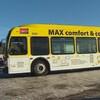 Un autobus jaune arrêté dans un stationnement glacé.