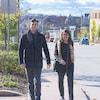 La mère et le fils marchent sur le trottoir côte-à-côte.