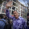 Maxime Bernier salue les partisans réunis devant les locaux de CBC.