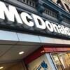 La façade d'un restaurant McDonald's.