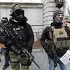 Des hommes masqués et armés.