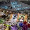 Des bouquets de fleurs bleues, mauves et rouges à côté de photos de Carson Crimeni.