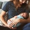 Une mère allaite un bébé.