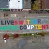 Le message Les vies NAPDC comptent peint sur la chaussée.