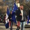 Des Métis marchant dans les rues de Saskatoon.