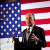Michael Bloomberg evant un drapeau américain.