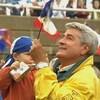 Michel Louvain  tient un drapeau de l'Acadie lors d'une fête des Acadiens.