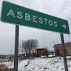 Un panneau municipal de la ville d'Asbestos.