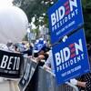 Des militants démocrates brandissent des pancartes.