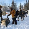 Des membres de la Première Nation des Dénés Yellowknives près du site de la mine Giant.