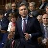 Bill Morneau debout lors de la période des questions à la Chambre des communes.
