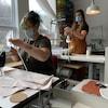 Pascale Boudreault et Julie-Vanessa Tremblay travaillent à leur poste de couture.