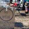 """Une pancarte où l'on peut voir """"no pipeline"""" sur le site d'une manifestation de Moncton."""