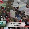 Manifestants avec des pancartes.