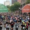 Des coureurs s'élancent dans les rues de Montréal.