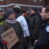 Une femme discute avec un agents du Service de police de la Ville de Montréal.