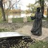 Une statue représentant une soeur grise.